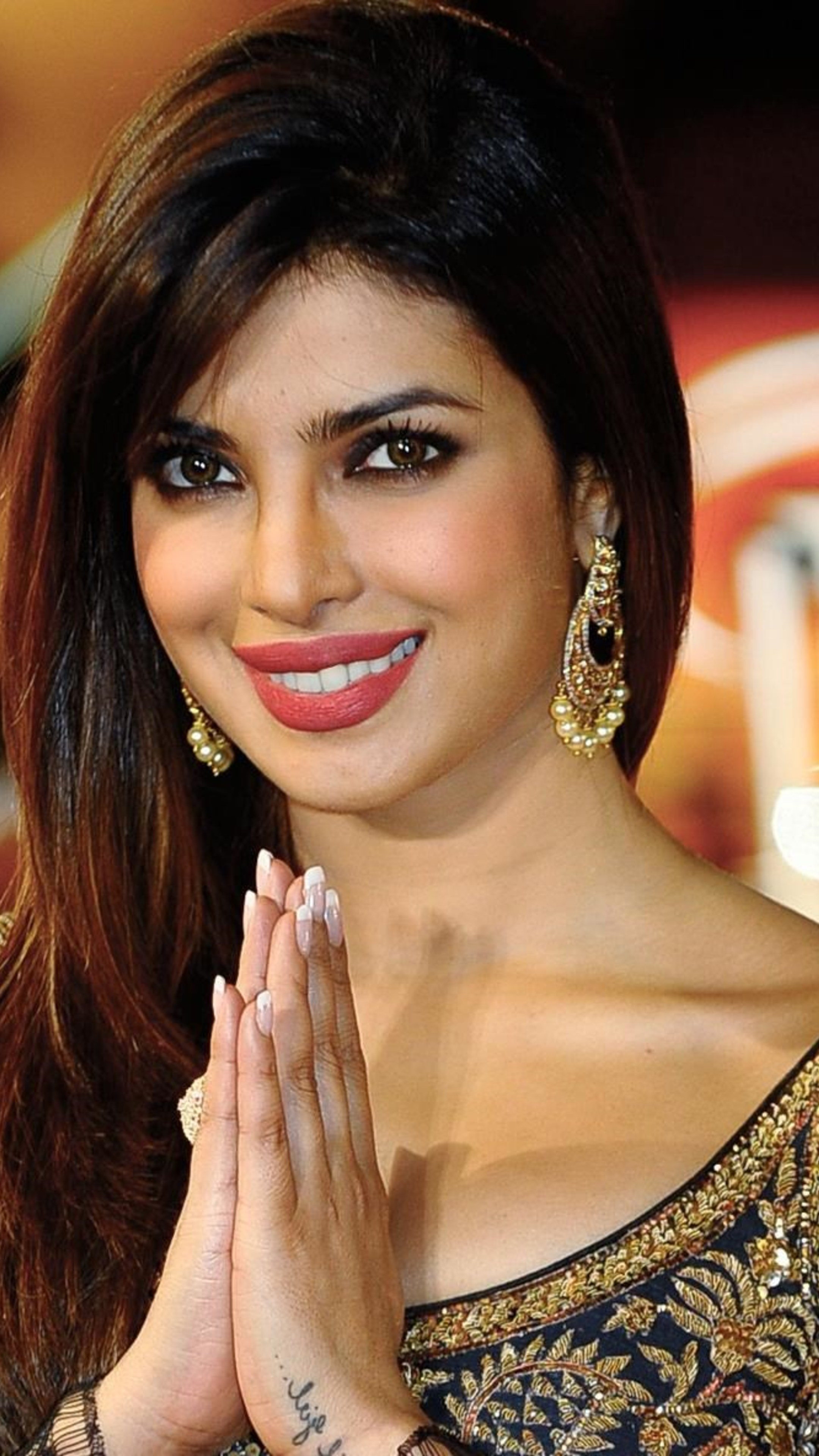 priyanka_chopra_2018_desi_girls_mobile_wallpaper.jpg